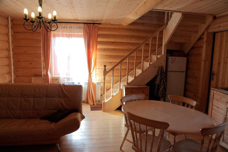 уютный дом из рубленного бревна